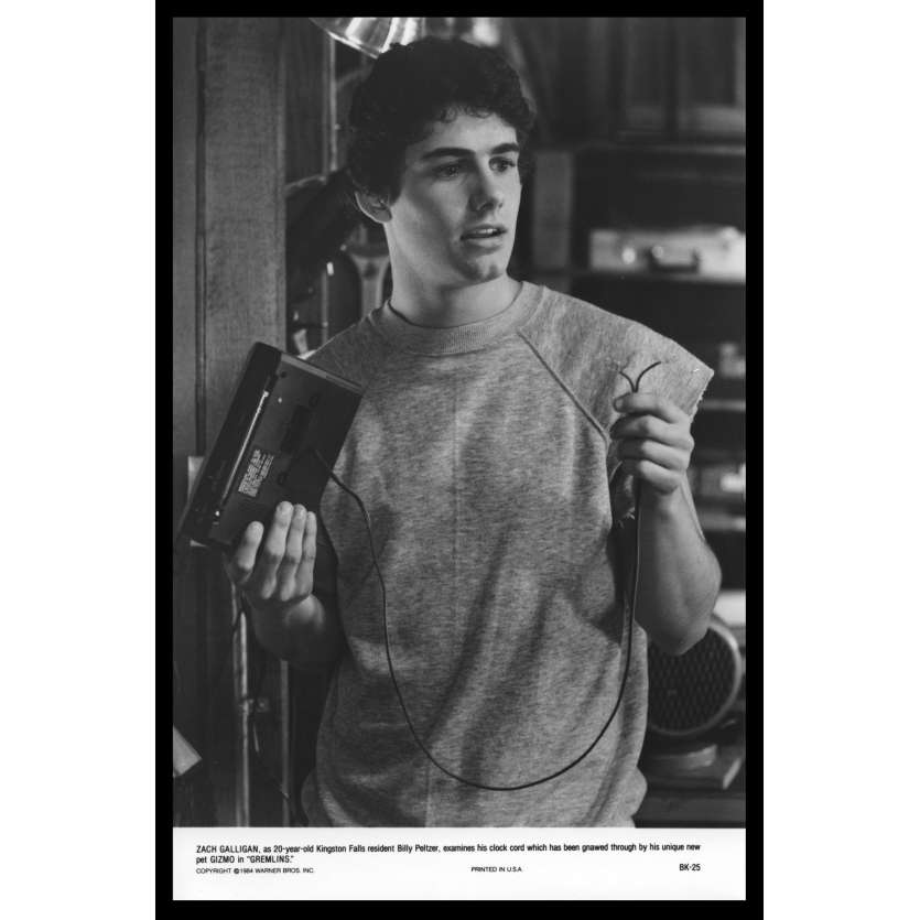 GREMLINS Photo de presse N5 20x25 - 1984 - Zach Galligan, walkman