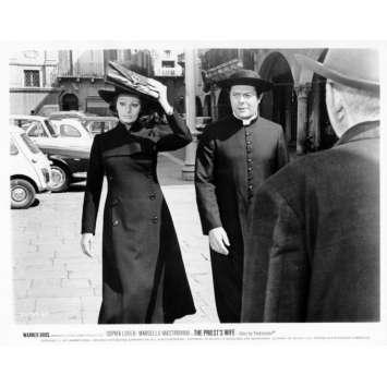 LA FEMME DU PRETRE Photo de presse N01 20x25 cm - 1970 - Marcello Mastroianni, Sophia Loren, Dino Risi