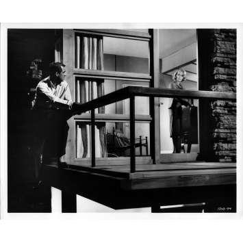 LA MORT AUX TROUSSES Photo de presse N05 - 20x25 cm. - 1959 - Cary Grant, Alfred Hitchcock