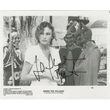 AU DESSOUS DU VOLCAN Photo de presse US signée par JACQUELINE BISSET - 20x25 cm. - 1984