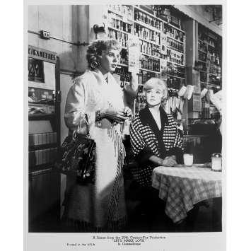 LE MILLIARDAIRE Photo de presse N01 - 20x25 cm. - R1980 - Marilyn Monroe, Yves Montand, George Cukor