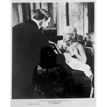 LE MILLIARDAIRE Photo de presse N04 - 20x25 cm. - R1980 - Marilyn Monroe, Yves Montand, George Cukor