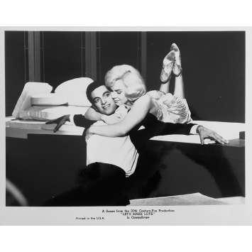 LE MILLIARDAIRE Photo de presse N07 - 20x25 cm. - R1980 - Marilyn Monroe, Yves Montand, George Cukor