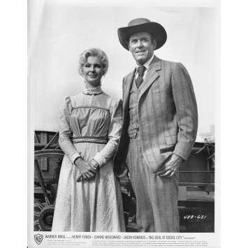 GROS COUP A DODGE CITY Photo de presse N631 - 20x25 cm. - 1966 - Henry Fonda, Joanne Woodward, Fielder Cook